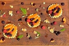 Vista superior de la galleta con la frambuesa colorida, pasa, melocotón, gota de la miel - postre dulce en verano Fotos de archivo libres de regalías