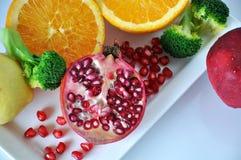 Vista superior de la granada fresca con las frutas coloridas Foto de archivo libre de regalías