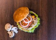Vista superior de la hamburguesa sabrosa de las setas Imágenes de archivo libres de regalías