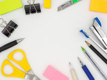 Vista superior de la herramienta inmóvil colorida del grupo incluyendo el lápiz, pluma imagen de archivo