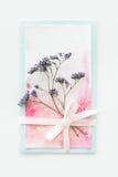 Vista superior de la invitación de la acuarela con la flor y de la cinta aislada en blanco Imagen de archivo