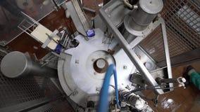 Vista superior de la maquinaria en las instalaciones lecheras en el trabajo metrajes