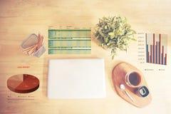 Vista superior de la materia de la oficina con la taza de la libreta, del ordenador portátil y de café Imágenes de archivo libres de regalías