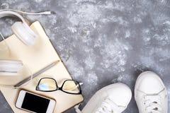 Vista superior de la materia del viaje Artículos esenciales del viaje zapatos, teléfono elegante, cuaderno, vidrios de sol en el  Imágenes de archivo libres de regalías