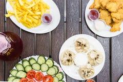 Vista superior de la mesa de comedor con la comida Imágenes de archivo libres de regalías