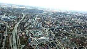 Vista superior de la metr?poli gris Panorama de la ciudad grande con ?reas y el paso de la carretera larga en tiempo nublado subu metrajes