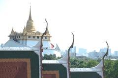 Vista superior de la montaña de oro en Wat Saket de Wat Ratcha Natda Ram worawihan Fotos de archivo libres de regalías