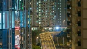 Vista superior de la noche ocupada del tráfico en el timelapse urbano de las finanzas, ciudad de Hong-Kong almacen de metraje de vídeo