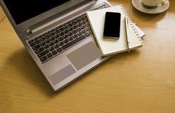 Vista superior de la oficina de madera con, libreta blanca en blanco del ordenador Foto de archivo libre de regalías