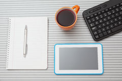 Vista superior de la PC, del teclado y del cuaderno de la tableta Fotos de archivo