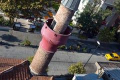 Vista superior de la pequeña calle de Estambul con el alminar islámico Foto de archivo libre de regalías
