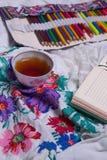 Vista superior de la pintura, una hoja de papel en blanco, taza de té, marcadores Imagen de archivo