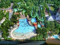 Vista superior de la piscina de una alta altura en Singapur foto de archivo