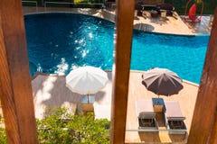 Vista superior de la piscina y del exterior del diseño moderno Imagen de archivo libre de regalías