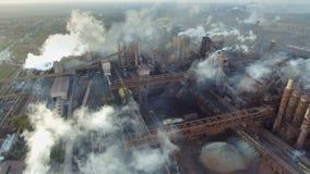 Vista superior de la planta metalúrgica Humo que sale de los tubos de la fábrica ecología almacen de metraje de vídeo