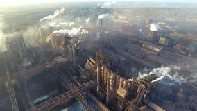 Vista superior de la planta metalúrgica Humo que sale de los tubos de la fábrica ecología almacen de video