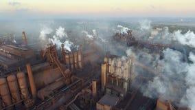 Vista superior de la planta metalúrgica Humo que sale de los tubos de la fábrica ecología metrajes