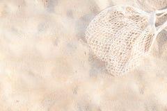 Vista superior de la playa arenosa con el fondo del bolso de la malla de la playa con el espacio de la copia fotografía de archivo libre de regalías