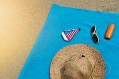 Vista superior de la playa arenosa con los accesorios del verano Imagen de archivo