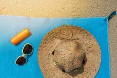 Vista superior de la playa arenosa con los accesorios del verano Imagenes de archivo