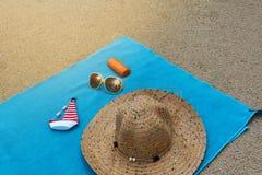 Vista superior de la playa arenosa con los accesorios del verano Imagen de archivo libre de regalías