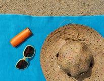 Vista superior de la playa arenosa con los accesorios del verano Foto de archivo libre de regalías