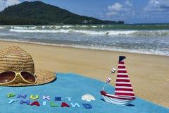 Vista superior de la playa arenosa con los accesorios del verano con las palabras de PHUKET TAILANDIA Imagen de archivo