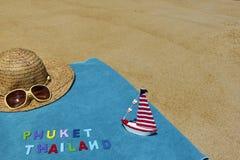 Vista superior de la playa arenosa con los accesorios del verano con las palabras de PHUKET TAILANDIA Imagenes de archivo