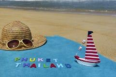 Vista superior de la playa arenosa con los accesorios del verano con las palabras de PHUKET TAILANDIA Foto de archivo