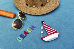 Vista superior de la playa arenosa con los accesorios del verano con palabra de la PLAYA Fotos de archivo
