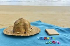 Vista superior de la playa arenosa con los accesorios del verano con palabra del BLOG del VIAJE Foto de archivo