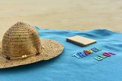 Vista superior de la playa arenosa con los accesorios del verano con palabra del BLOG del VIAJE Fotos de archivo