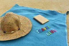 Vista superior de la playa arenosa con los accesorios del verano con palabra del BLOG del VIAJE Imagen de archivo libre de regalías