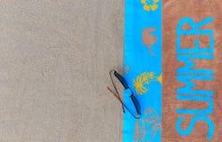 Vista superior de la playa arenosa con los accesorios del verano y del espacio de la copia alrededor de productos Fotografía de archivo