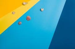 Vista superior de la playa con los accesorios en fondo gráfico colorido Fotografía de archivo