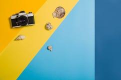 Vista superior de la playa con los accesorios en fondo gráfico colorido Imágenes de archivo libres de regalías