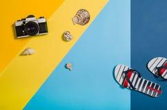 Vista superior de la playa con los accesorios en fondo gráfico colorido Foto de archivo libre de regalías
