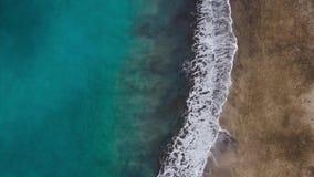 Vista superior de la playa del negro del desierto en el Océano Atlántico Costa de la isla de Tenerife Cantidad a?rea del abej?n d metrajes