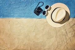 Vista superior de la playa y de la arena con los accesorios Imagen de archivo libre de regalías