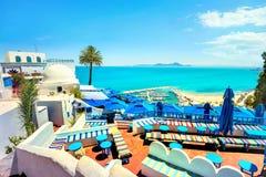 Vista superior de la playa y de la terraza del café en Sidi Bou Said Tunisi Foto de archivo libre de regalías