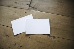 Vista superior de la postal o de los papeles blancos en viejo fondo de madera foto de archivo libre de regalías