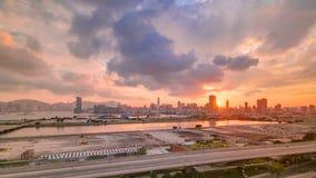 Vista superior de la puesta del sol en Hong Kong, visión desde el timelapse céntrico de la bahía de Kowloon almacen de video