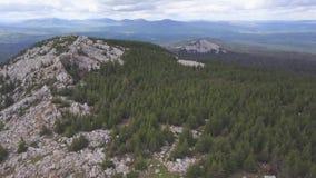 Vista superior de la roca con los turistas clip Horizonte del terreno montañoso con el cielo nublado Propósito del valle rocoso y almacen de metraje de vídeo