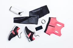 Vista superior de la ropa de deportes, de la botella de agua juguetona para entrenar y de dispositivos digitales Imágenes de archivo libres de regalías