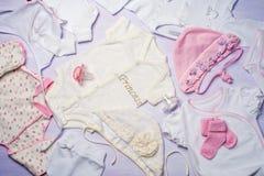 Vista superior de la ropa del bebé para los recién nacidos Fotografía de archivo