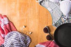 Vista superior de la ropa y de los accesorios del verano para la mujer en la tabla de madera Equipo de la playa del verano Concep Imagen de archivo libre de regalías