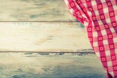 Vista superior de la servilleta a cuadros en la tabla de madera imagen de archivo libre de regalías