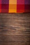 Vista superior de la servilleta a cuadros en la tabla de madera Fotografía de archivo