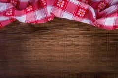 Vista superior de la servilleta a cuadros en la tabla de madera Fotografía de archivo libre de regalías