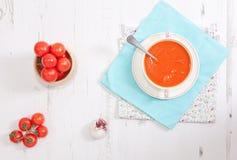 Vista superior de la sopa del tomate en la tabla blanca Foto de archivo